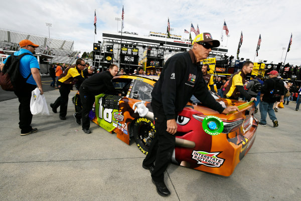 Monster Energy NASCAR Cup Series First Data 500 Martinsville Speedway, Martinsville VA USA Saturday 28 October 2017 Kyle Busch, Joe Gibbs Racing, M&M's Halloween Toyota Camry crew World Copyright: Scott R LePage LAT Images ref: Digital Image lepage-171028-mart-2711