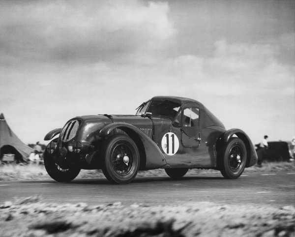 """Le Mans, France. 24th - 25th June 1950 Eddie Hall/T. Clarke (Bentley """"TT"""" 1934), 8th position, action. Ref: C27254 World Copyright: LAT Photographic."""