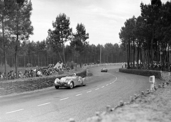 Jean Pujol, Louis Rigal, E. Darl'Mat, Peugeot 402 DS, leads Maurice Serre / Daniel Porthault, E. Darl'Mat, Peugeot 402 DS.