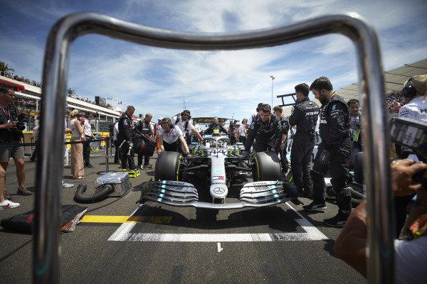 Lewis Hamilton, Mercedes AMG F1 W10, on the grid with mechanics