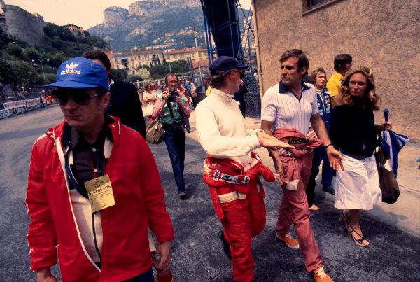 1977 Monaco Grand Prix.Monte Carlo, Monaco.20-22 May 1977.Niki Lauda chats with team mate Carlos Reutemann (both Ferrari).Ref-77 MON 52.World Copyright - LAT Photographic