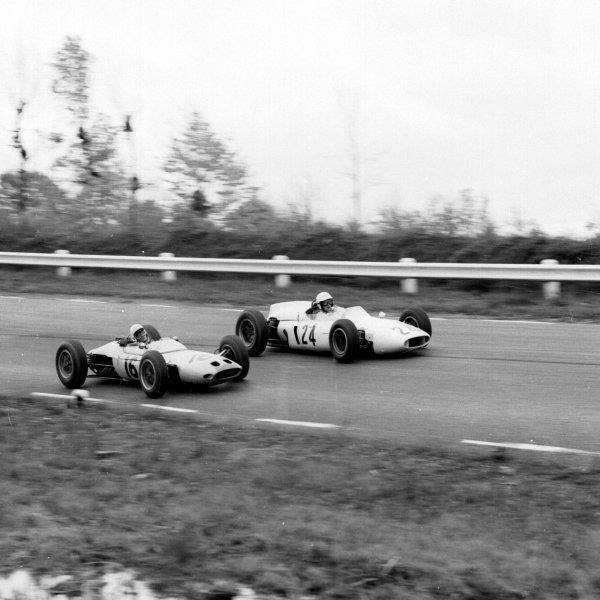1962 United States Grand Prix.Watkins Glen, New York, USA.5-7 October 1962.Masten Gregory (Lotus 24 BRM) passes inside Hap Sharp (Cooper T53 Climax).Ref-16057.World Copyright - LAT Photographic