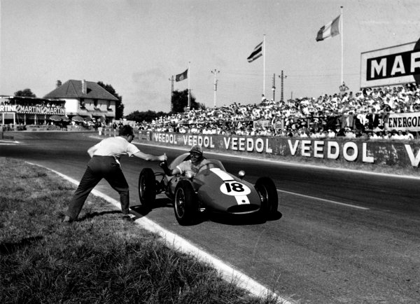 1959 French Grand Prix Reims. 5 July 1959 Ian Burgess stops for a drink during an incredibly hot race World Copyright - LAT PhotographicExhibition ref: a090