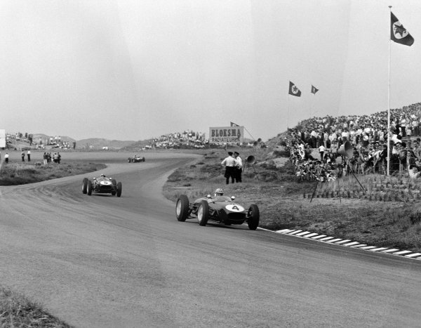 1960 Dutch Grand Prix. Zandvoort, Holland. 6th June 1960. Innes Ireland (Lotus 18-Climax), 2nd position leads Alan Stacey (Lotus 18-Climax), retired, action.  World Copyright: LAT Photographic. Ref: 6532.