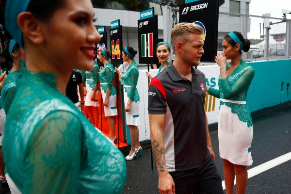 Sepang International Circuit, Sepang, Malaysia. Sunday 01 October 2017. Kevin Magnussen, Haas F1, walks through a corridor of grid girls. World Copyright: Andy Hone/LAT Images  ref: Digital Image _ONY4438