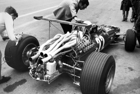 1968 Belgian Grand Prix.Spa-Francorchamps, Belgium. 9 June 1968.Mauro Forghieri talks to Chris Amon, Ferrari 312, retired, in the pits, portrait.World Copyright: LAT PhotographicRef: Motor b&w print