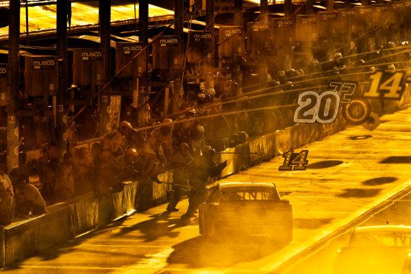 Monster Energy NASCAR Cup Series Ford EcoBoost 400 Homestead-Miami Speedway, Homestead, FL USA Sunday 19 November 2017 Matt Kenseth, Joe Gibbs Racing, DEWALT Hurricane Recovery Toyota Camry, pit stop World Copyright: Michael L. Levitt LAT Images