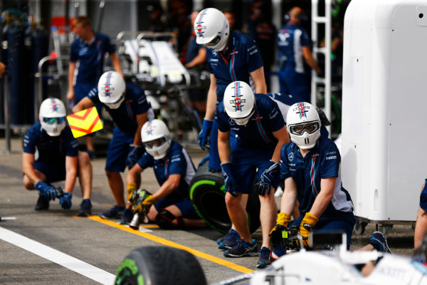 Hockenheim, Germany. Thursday 28 July 2016. Williams mechanics undertake a practice pit stop. World Copyright: Andy Hone/LAT Photographic ref: Digital Image _ONZ4806