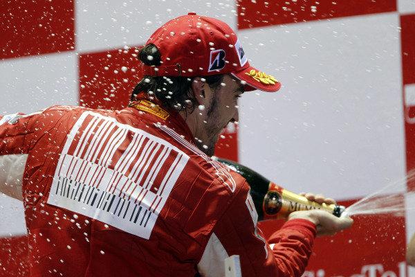 Marina Bay Circuit, Singapore.26th September 2010.Fernando Alonso, Ferrari F10, 1st position, sprays the Champagne. Portrait. Podium. World Copyright: Andrew Ferraro/LAT Photographicref: Digital Image _Q0C6247