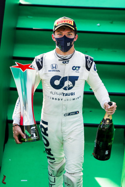 Race Winner Pierre Gasly, AlphaTauri celebrates on the podium with the chamapgne and the trophy