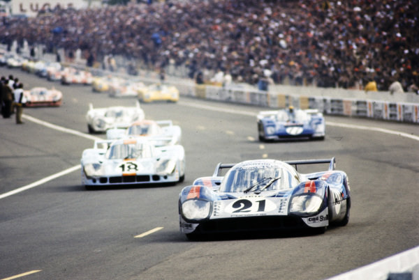 Vic Elford / Gèrard Larrousse, Martini International Racing Team, Porsche 917 LH, heads the field on the formation lap.