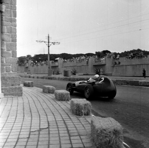 1958 Portuguese Grand Prix.Porto, Portugal.22-24 August 1958.Stirling Moss (Vanwall) 1st position.Ref-2405.World Copyright - LAT Photographic