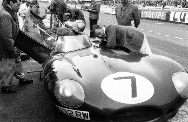 1955 Le Mans 24 hours.Le Mans, France. 11-12 June 1955.Tony Rolt/Duncan Hamilton (Jaguar D-type), retired, in the pits, action.World Copyright: LAT PhotographicRef: 303#6
