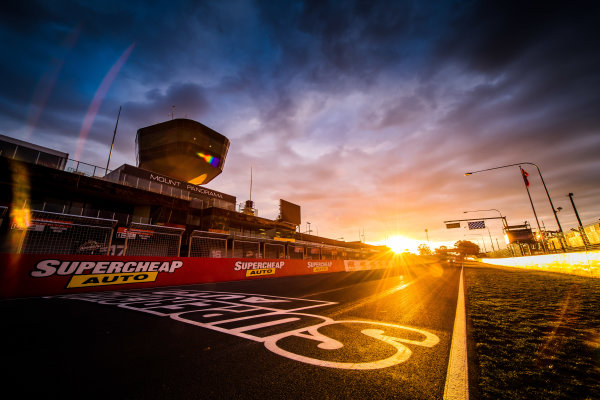 2017 Supercars Championship Round 11.  Bathurst 1000, Mount Panorama, New South Wales, Australia. Tuesday 3rd October to Sunday 8th October 2017. Start finish line. World Copyright: Daniel Kalisz/LAT Images Ref: Digital Image 031017_VASCR11_DKIMG_0096.jpg