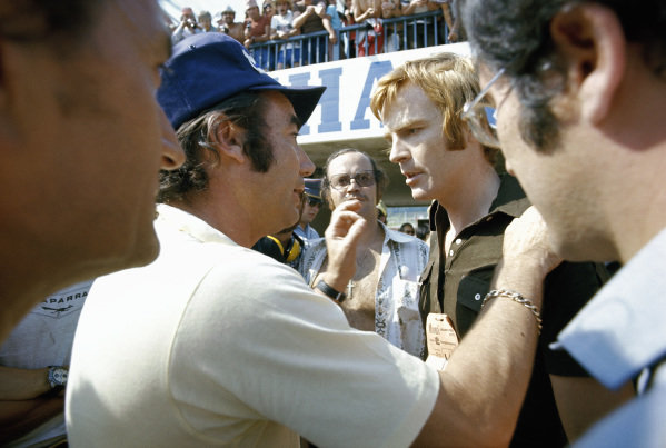 A strike of the photographers in the pitlane kept the drivers away from their cars and IRPA president Bernard Cahier explains the situation to March boss Max Mosley.