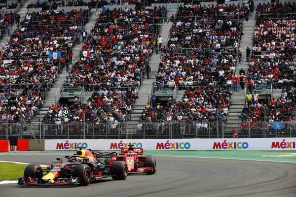 Daniel Ricciardo, Red Bull Racing RB14,leads Sebastian Vettel, Ferrari SF71H