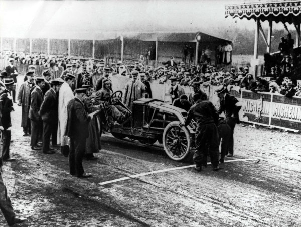 1906 French Grand Prix.Le Mans, France.26 June 1906.Ferenc Szisz (Renault AK), 1st position. On the grid before the first Grand Prix.World - LAT Photographic