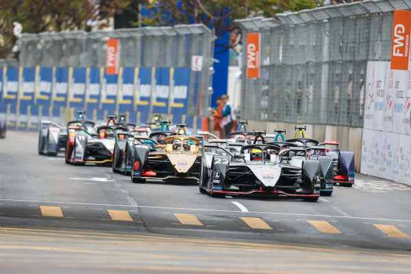 Oliver Rowland (GBR), Nissan e.Dams, Nissan IMO1 leads Stoffel Vandoorne (BEL), HWA Racelab, VFE-05 and Andre Lotterer (DEU), DS TECHEETAH, DS E-Tense FE19 at the start