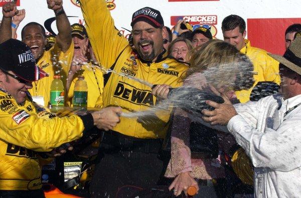 2002 NASCAR Phoenix, USA November 09-10, 2002 Checker Auto Parts 500 ,Phoenix International Raceway-Matt kenseth and Jack roush uncork the champagne,-Robt LeSieur2002LAT Photographic