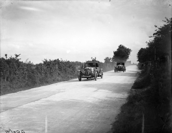 Jacques Chanterelle / René Schiltz, Theo Schneider 25 SP 'Le Mans', leads Dudley Benjafield / Sammy Davis, Bentley Motors Ltd., Bentley 3 Litre Speed.