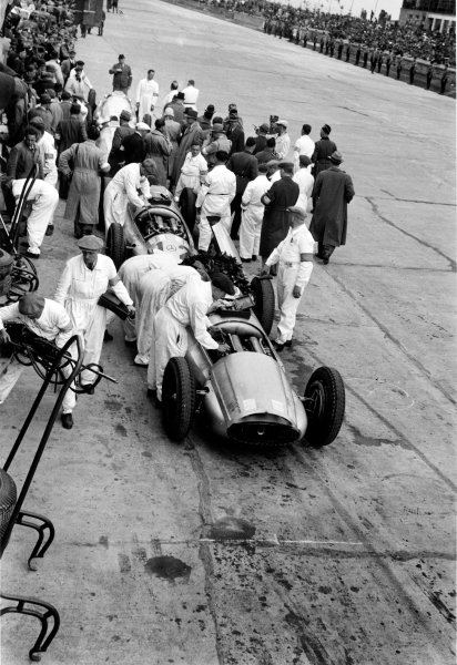 Nurburgring, Germany. 21 May 1939.The Mercedes-Benz team in the pits with the mechanics, portrait. World Copyright: Robert Fellowes/LAT PhotographicRef: 39EIFRF