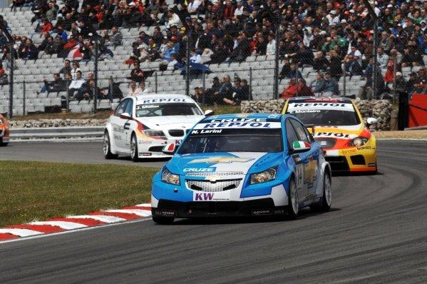Nicola Larini (ITA), Chevrolet Cruze. FIA World Touring Car Championship, Rd8, Brands Hatch, England, 19 July 2009.