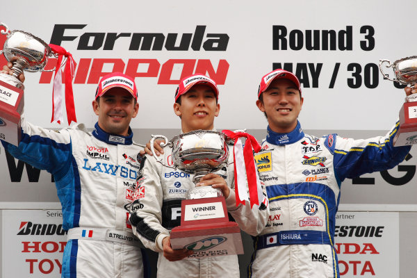 Twin Ring Motegi, Japan. 30th - 31st May 2009.Rd3 - Winner Takashi Kogure ( #32 NAKAJIMA RACING ) 1st position. Podium.World Copyright: Yasushi Ishihara/LAT Photographicref: Digital Image 2009FN_Rd3_008