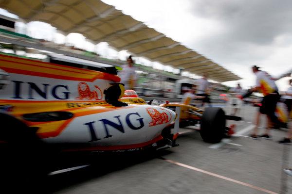 Sepang, Kuala Lumpur, Malaysia 3rd April 2009 Nelson Piquet Jr, Renault R29, makes a stop. Action. Pit Stops.  World Copyright: Glenn Dunbar/LAT Photographic ref: Digital Image _O9T4770