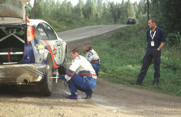 WRC Neste Rally of Finland 200017th - 20th August 2000. Rd 9/13.Neil Weardon spectates as Colin McRae and Nicky Grist change the Ford Focus' tyres.Photo:McKlein/LATRef 35mm A11