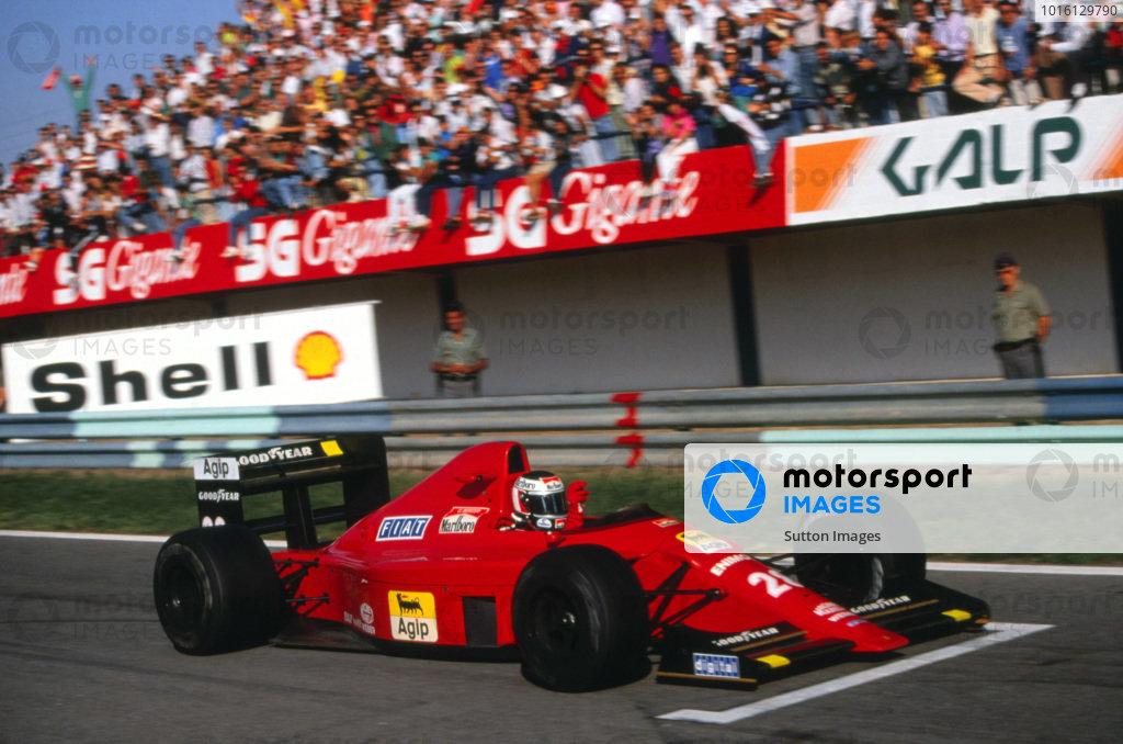 Race winner Gerhard Berger (AUT), Ferrari 640. Portuguese Grand Prix, Rd13, Estoril, Portugal, 24 September 1989.