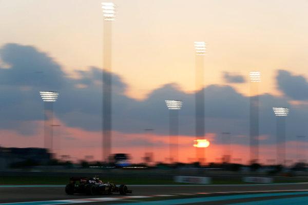 Yas Marina Circuit, Abu Dhabi, United Arab Emirates. Friday 27 November 2015. Romain Grosjean, Lotus E23 Mercedes. World Copyright: Charles Coates/LAT Photographic ref: Digital Image _99O7178