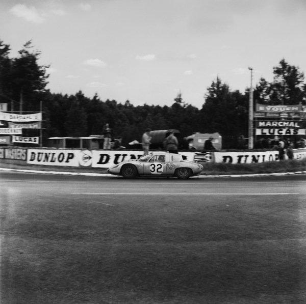 Le Mans, France. 10th - 11th June 1961.Edgar Barth/Hans Herrmann (Porsche RS61 Coupe), 7th position, action. World Copyright: LAT Photographic.Ref:  9061
