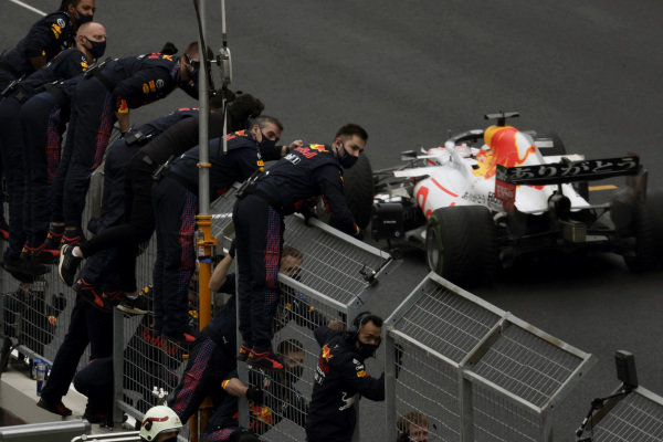 The Red Bull team cheer from the pit wall as Max Verstappen, Red Bull Racing RB16B, 2nd position, crosses the line
