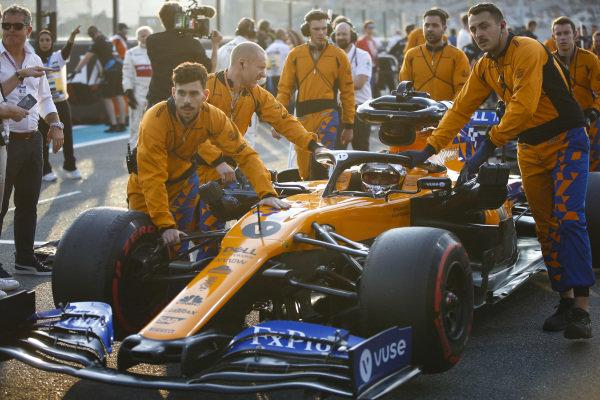 Carlos Sainz Jr., McLaren MCL34, arrives on the grid with his mechanics