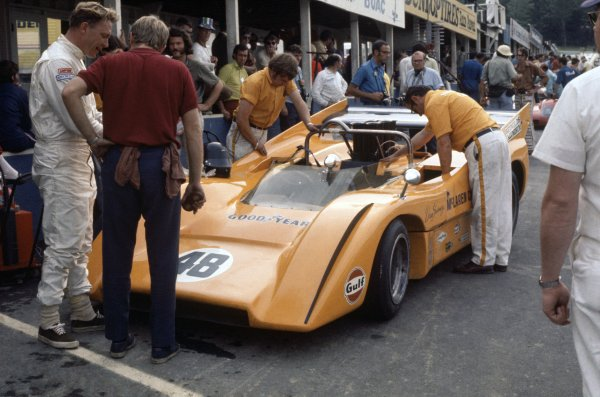 1970 Can-Am Challenge Cup.CanAm race. Watkins Glen, New York State, United States (USA). 12 July 1970.Dan Gurney (McLaren M8D-Chevrolet), 9th position, in the pits with Tyler Alexander.World Copyright: LAT PhotographicRef: 35mm transparency 70CANAM06