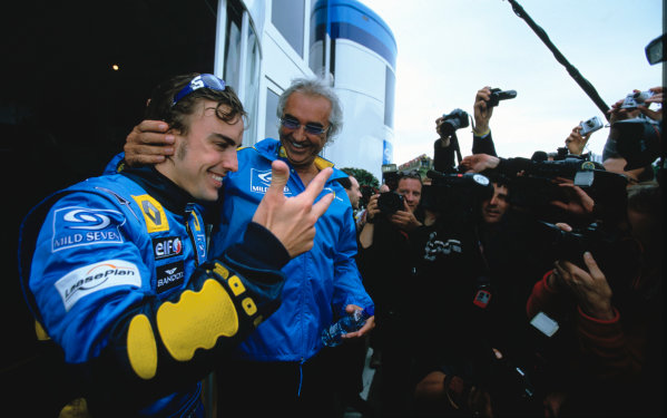 2005 San Marino Grand Prix.Imola, Italy. 24th April 2005.Fernando Alonso, Renault R25 celebrates with Flavio Briatore, Renault. World Copyright: Michael Cooper/LAT Photographic Ref: 35mm Image A43