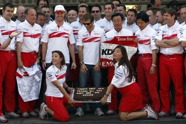 2007 Brazilian Grand Prix - Sinday RaceInterlagos, Sao Paulo, Brazil21st October 2007.The Toyota team say thanks to Ralf Schumacher and Franck Montagny for their services. Portrait. Atmosphere. World Copyright: Andrew Ferraro/LAT Photographicref: Digital Image _H0Y4164