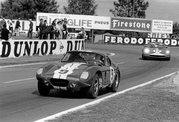 Le Mans, France. 19th - 20th June 1965.Dan Gurney/Jerry Grant (Shelby Cobra Daytona Coupe), retired, leads  Jo Bonnier/David Piper (Ferrari 365 P2/P1), retired, action. World Copyright: LAT Photographic.Ref:  165F - 32.