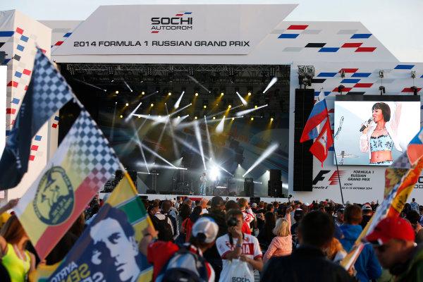 Sochi Autodrom, Sochi, Russia. Sunday 12 October 2014. The F1 concert in full swing. World Copyright: Charles Coates/LAT Photographic. ref: Digital Image _J5R4108