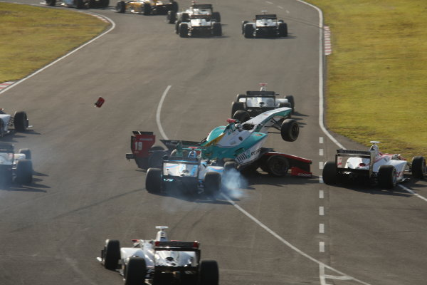 2014 Super Formula Series Sugo, Japan. 27th - 28th September 2014. Rd 6. The first lap accident, action World Copyright: Yasushi Ishihara / LAT Photographic. Ref:  2014SF_Rd6_019.JPG