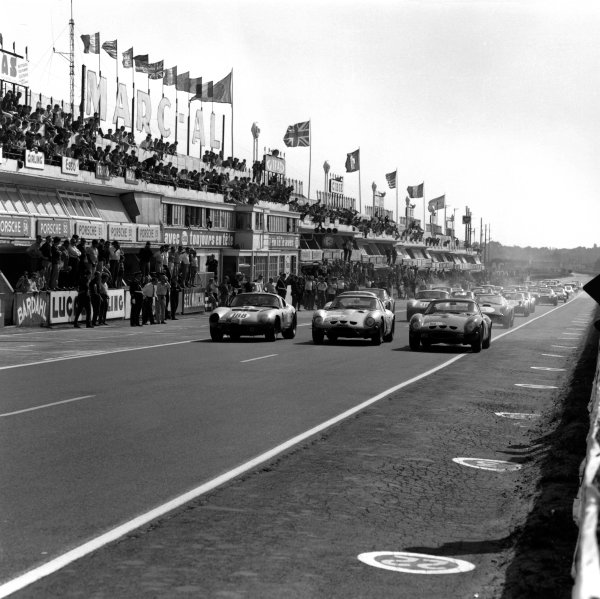 Le Mans, France. 20th September 1964.Left to Right: Maurice Trintignant/Bernard de Saint-Auban (Shelby Cobra Daytona Coupe), retired, Lucien Bianchi/Georges Berger (Ferrari 250 GTO), 1st position and Fernand Tavano/Marcel Martin (Ferrari 250 GTO), retired, at the start of the Le Mans Special Test, action. World Copyright: LAT Photographic.Ref:  26696.