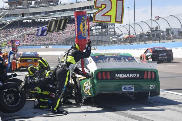 #21: Paul Menard, Wood Brothers Racing, Ford Mustang Menards / Quaker State, makes a pit stop