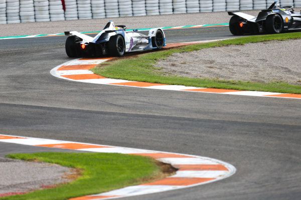 Oliver Rowland (GBR), Nissan e.Dams, Nissan IMO1 leads Alexander Sims (GBR) BMW I Andretti Motorsports, BMW iFE.18