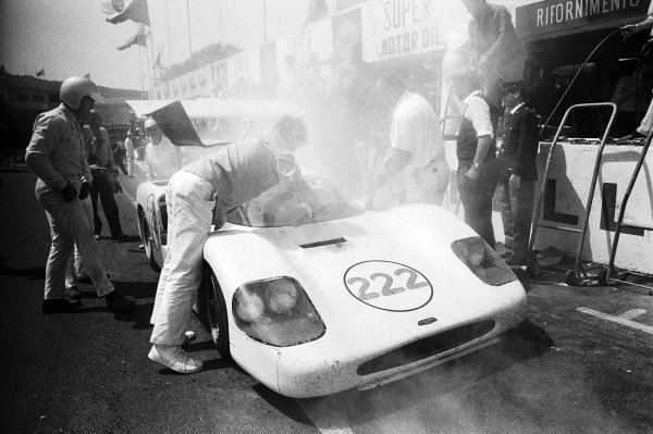 Phil Hill / Hap Sharp, Chaparral Cars Inc, Chaparral 2F Chevrolet 2F001 CYJ 156 making a pitstop.