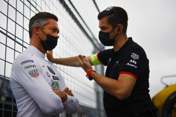 Andre Lotterer (DEU), Tag Heuer Porsche, chats with a member of his tea on the grid