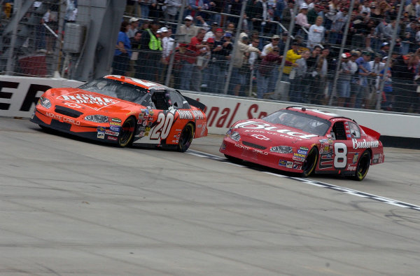04-06 June, 2004, Dover International Speedway, USA,Tony Stewart and Mark Martin battle for 2cnd placeCopyright-Robt LeSieur 2004 USALAT Photographic