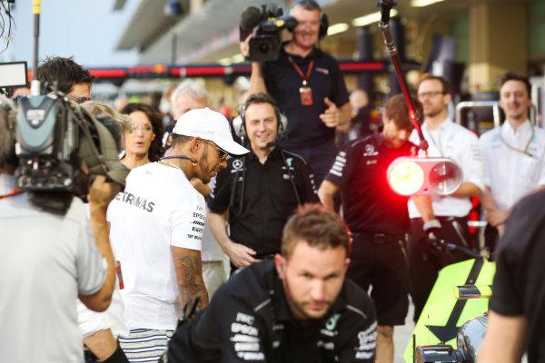 Yas Marina Circuit, Abu Dhabi, United Arab Emirates. Thursday 23 November 2017. Lewis Hamilton, Mercedes AMG, joins in with the practice pitstops. World Copyright: Charles Coates/LAT Images  ref: Digital Image AN7T0349