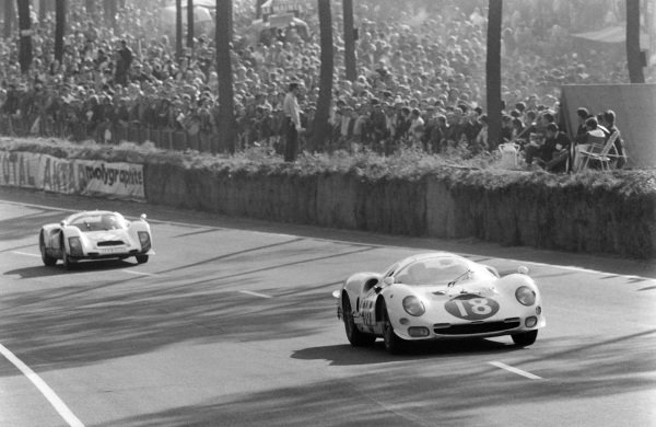 Masten Gregory / Bob Bondurant, North American Racing Team, Ferrari 365 P2, leads Robert Buchet / Gerhard Koch, Auguste Veuillet, Porsche 906/6 Carrera 6.