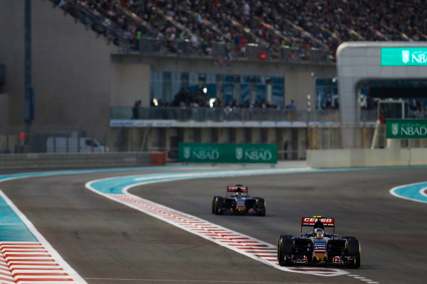 Yas Marina Circuit, Abu Dhabi, United Arab Emirates. Sunday 29 November 2015. Carlos Sainz Jr, Toro Rosso STR10 Renault, leads Max Verstappen, Toro Rosso STR10 Renault. World Copyright: Sam Bloxham/LAT Photographic ref: Digital Image _SBL8776