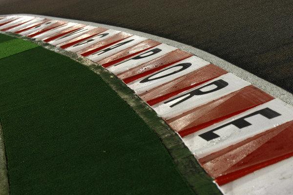 Marina Bay Circuit, Singapore.23rd September 2010.Curbs at trackside. Detail. World Copyright: Charles Coates/LAT Photographicref: Digital Image _26Y4566